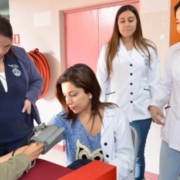 De manera gratuita, los futuros enfermeros realizaron toma de presión y medición de glicemia, y entregaron material educativo.