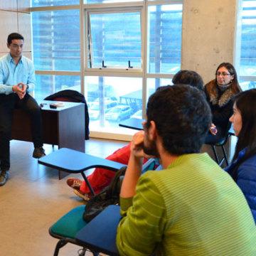 Francisco Peñaloza, psicólogo y profesor del CEADE, entregó información a los estudiantes interesados en presentar sus ideas.