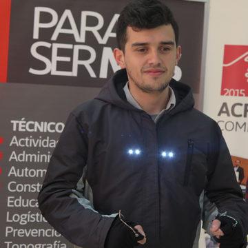 Estudiantes del IT de Los Ángeles diseñan chaqueta con iluminación para evitar accidentes