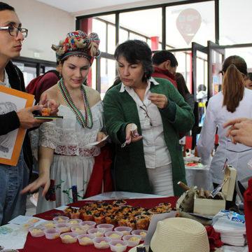 Estudiantes montan muestra culinaria y reivindican la migración en Chile