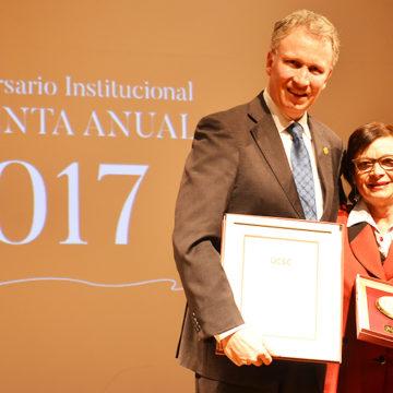 Funcionarios UCSC reciben reconocimientos por trayectoria, compromiso y dedicación